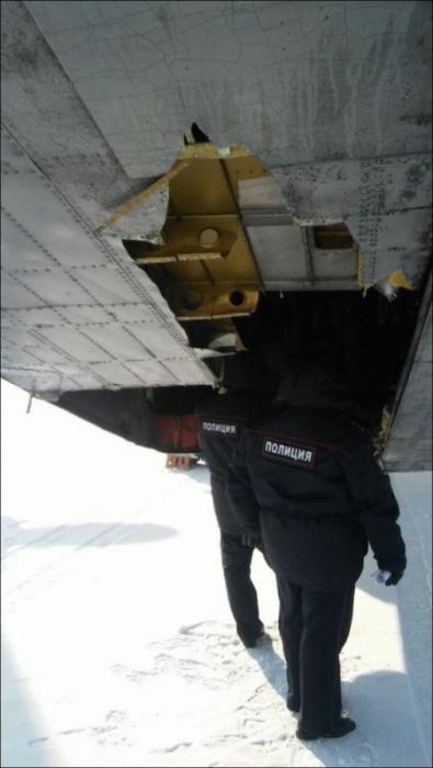 Самолет рассыпал золотые слитки по взлетной полосе