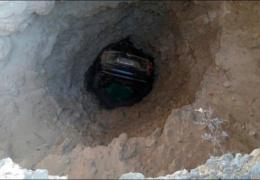 Автомобиль, падая в море, застрял в скале