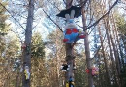 Поляна с развешенными на деревьях игрушками вызвала споры среди жителей Силламяэ