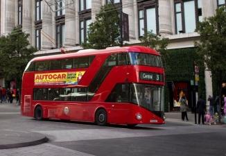 Десятки людей в Лондоне дружно подняли двухэтажный автобус, спасая моноциклиста