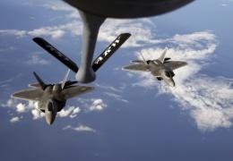 Два американских военных самолета упали в океан во время заправки в воздухе