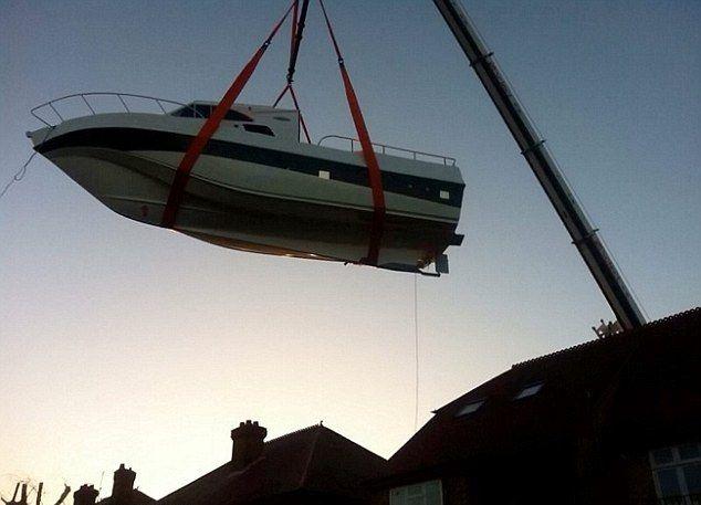 Отец с сыном построили на заднем дворе дома собственную яхту