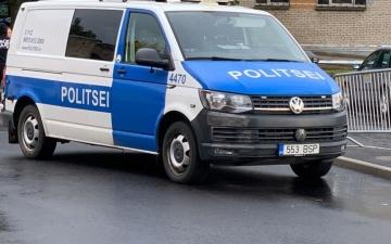 В Нарве во дворе жилого дома водитель сбил пожилую женщину и скрылся с места происшествия
