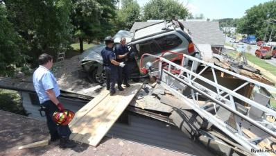 На крышу дома внезапно приземлился внедорожник