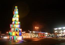 необычное рождественское дерево Раквере сверкает огнями
