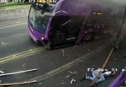 Сбитый автобусом мужчина поднялся и пошел в паб. Видео