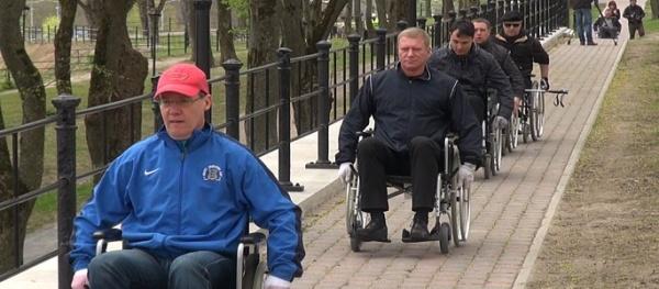 Нарвские чиновники снова проехались в инвалидных колясках