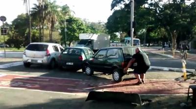 Богатырь голыми руками убрал автомобиль с велосипедной дорожки