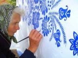 90-летняя бабушка из Чехии превращает деревню в художественную галерею