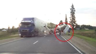 В Кирове два велосипедиста чудом уцелели в крупном ДТП