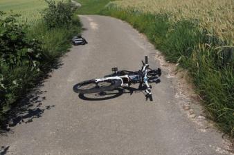 В Ляэне-Вирумаа пьяный водитель сбил трех велосипедистов и скрылся с места ДТП