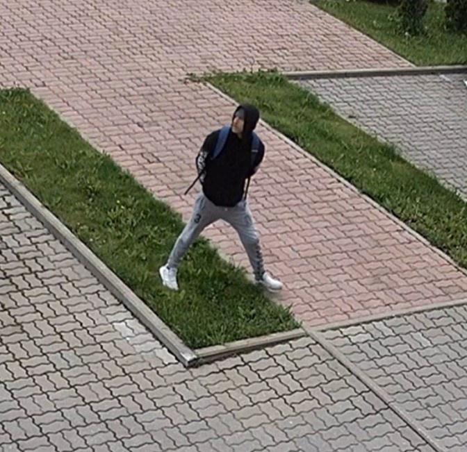 Полиция просит помощи в опознании человека, укравшего в Нарве сумку из автомобиля