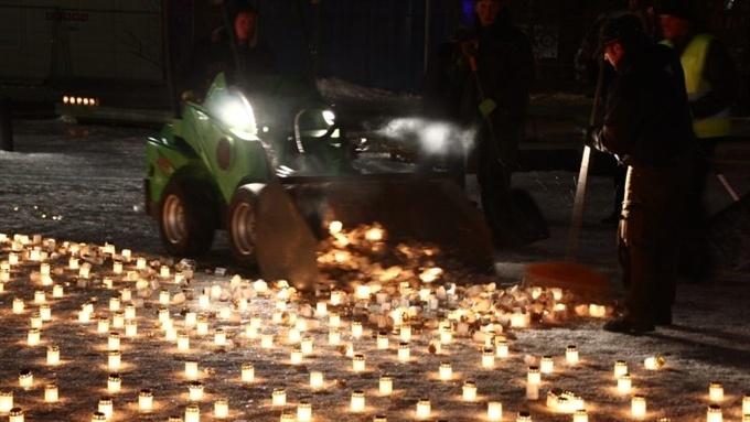 Скандал в Пярну: горевшие в память о жертвах депортации свечи сгреб экскаватор