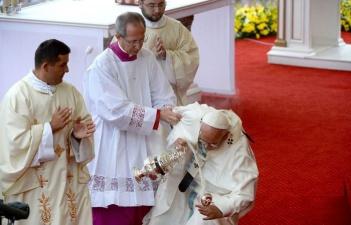 Папа Римский Франциск упал перед началом мессы в Польше