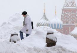 А снег идет: Москва утонула в полуметровых сугробах