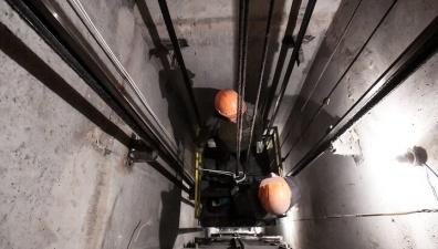 Застрявшая в лифте женщина 27 часов спасалась вином