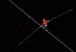 Канатоходец Ник Валленда прогулялся между небоскребами в Чикаго, установив два мировых рекорда и нарушив закон