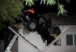 Летчик загнал машину в гараж через крышу