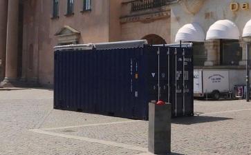 Загадочный контейнер посреди людного места