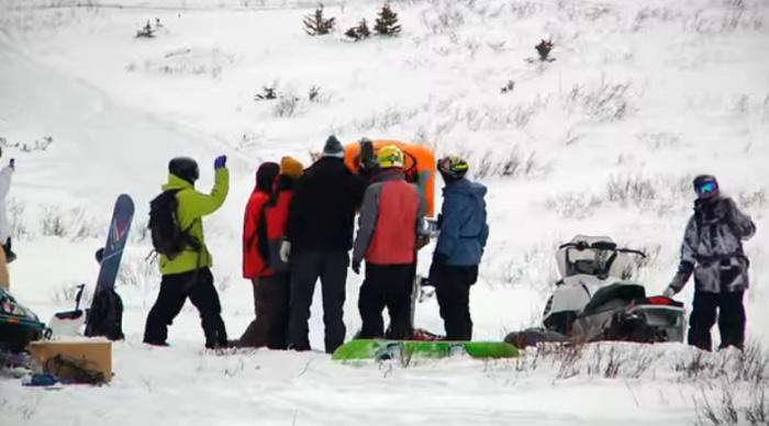 Парень попал в снежную лавину