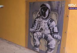 В Нарве граффити нелегального художника превратили в достопримечательность