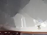 Натяжной потолок спас жильцов от серьезных травм