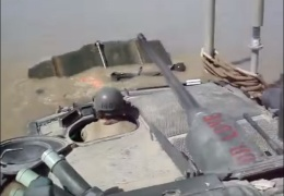 Американцы форсируют реку на БМП LAV