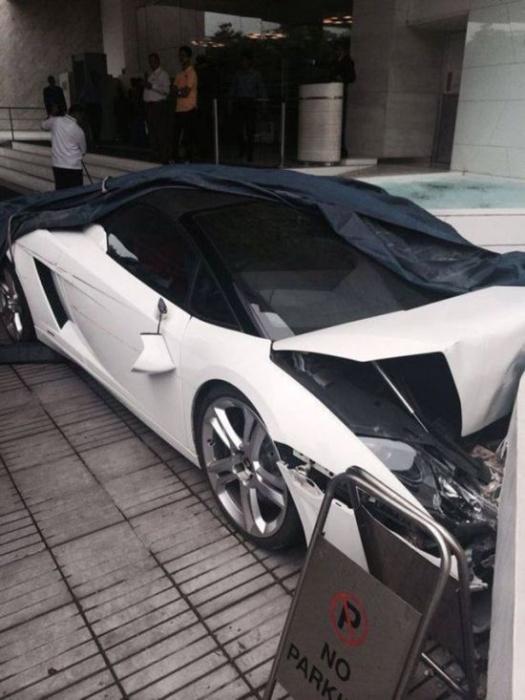 Работник гостиницы припарковал Lamborghini