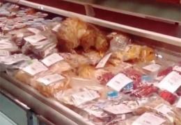 Бездомный кот устроил пир в аэропорту Владивостока, съев деликатесов на 60 тысяч рублей