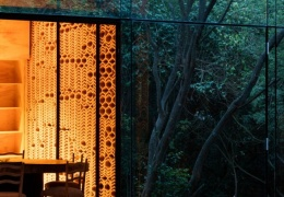 Зеркальный дом в мексиканском лесу