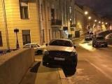 Мушкетерская парковка: Михаил Боярский выставил железного коня на тротуар под своими окнами
