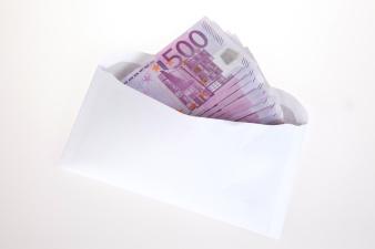 Туристка в Нарве потеряла конверт с 2500 евро, нашедшего просят связаться с полицией