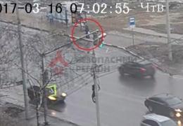 Пассажир провалился под землю на остановке. Видео