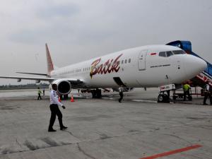 В Индонезии Boeing-737 во время посадки выкатился за пределы взлетно-посадочной полосы (ФОТО)