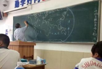 Учитель географии рисует на доске карту мира
