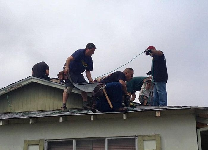 Кровельщики-добровольцы бесплатно перекрыли крышу 75-летнему пенсионеру