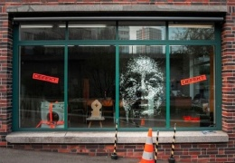 Необычное искусство: художнику платят за то, чтобы он разбивал витрины
