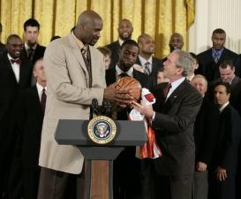 Президент США решил поздравить баскетболистов
