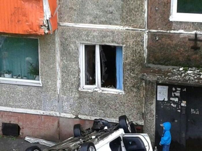 Летчик на Subaru врезался в балкон второго этажа