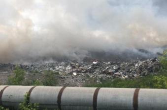 Пожар на городской свалке в Челябинске тушат почти сутки