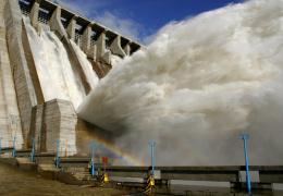 Аварийный сброс воды с плотины