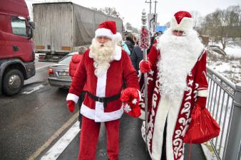 """В понедельник российский Дед Мороз и эстонский Санта-Клаус встретятся на мосту """"Дружба"""""""