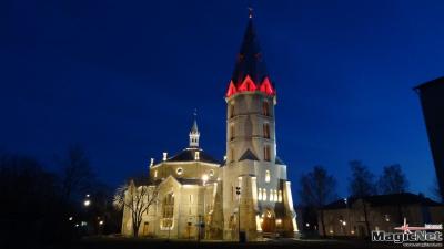 Заглянуть ночью в храм, осмотреться, задуматься