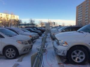 Для чего сибирские водители тянут к машинам провода из квартир