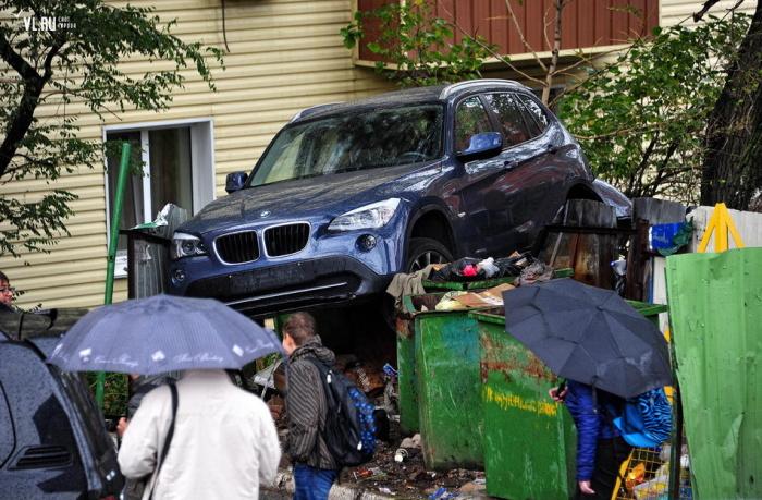 Во Владивостоке нашли BMW на мусорных баках