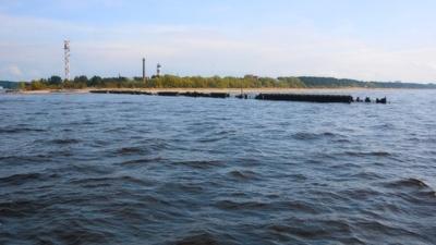 Власти Нарва-Йыэсуу обратили внимание министра окружающей среды на развалившийся мол в устье Наровы