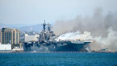 Пожар на американском корабле: провалилась палуба, треснул корпус