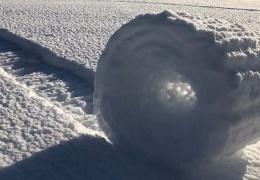 На полях в Англии появились загадочные снежные рулоны