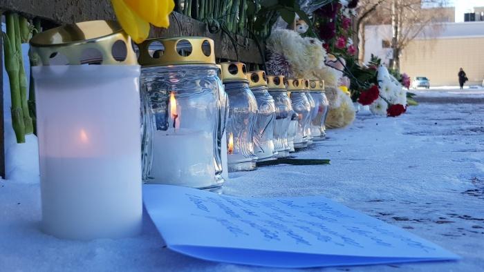 нарвитяне соболезнуют жителям Кемерово и несут цветы к генконсульству России
