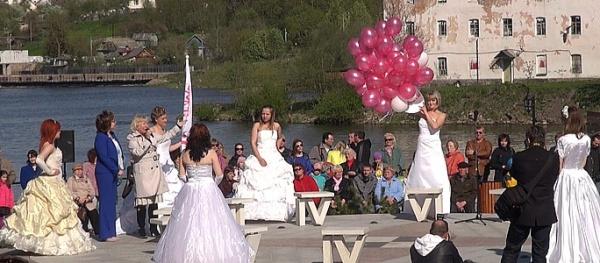 """""""Сбежавшие невесты"""" открывают сезон на нарвском променаде"""